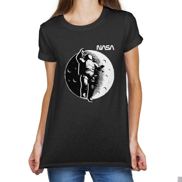 Camiseta Feminina Preta - 100% Algodão - Ilustração Astronauta Sobre Lua