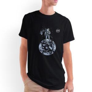 Camiseta Unissex Preta – 100% Algodão – Ilustração Homem na Lua Logo NASA Meatball