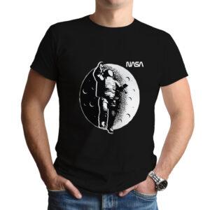 Camiseta Unissex Preta – 100% Algodão – Ilustração Astronauta Sobre Lua